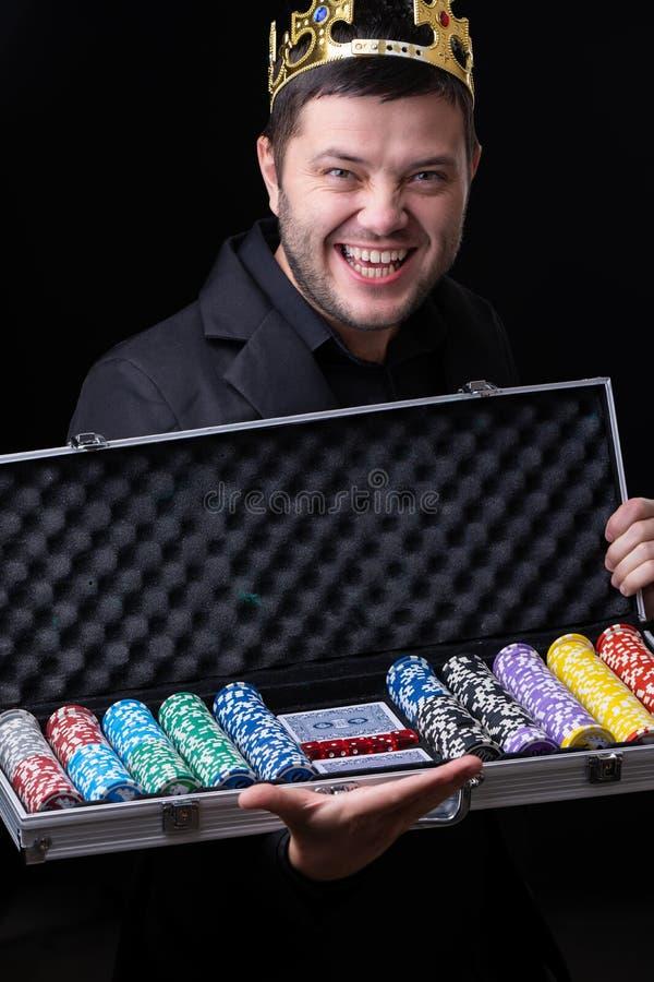 Homme dans la couronne dans la boîte avec le casino avec la valise avec des puces photo libre de droits
