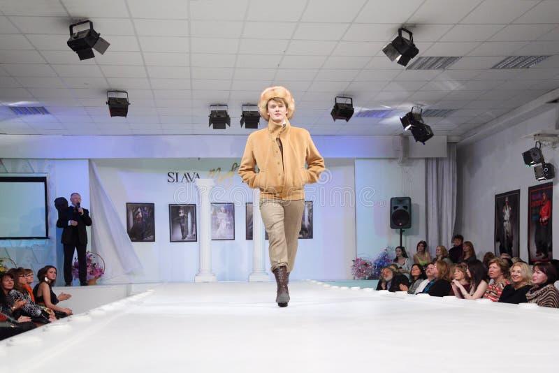 Homme dans la jupe et les visualisateurs dans la maison de mode image libre de droits