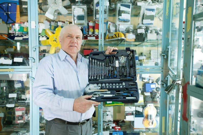 Homme dans la mémoire de pièces d'auto photographie stock