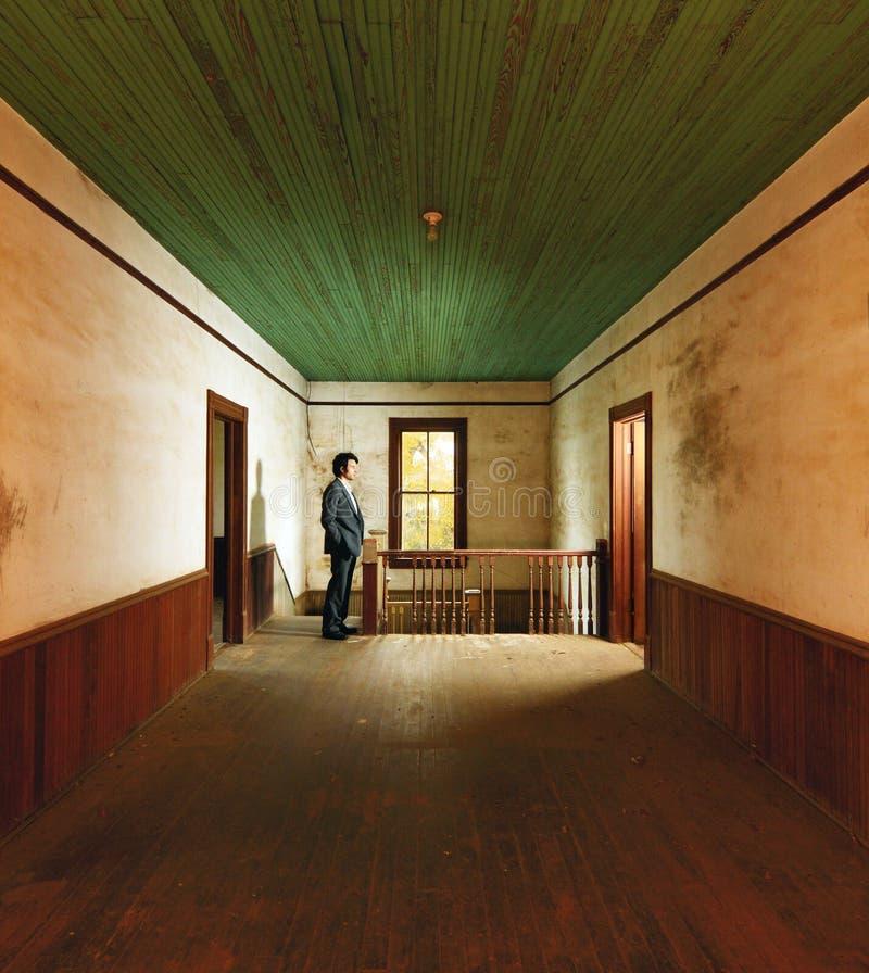 Homme dans la maison antique images libres de droits