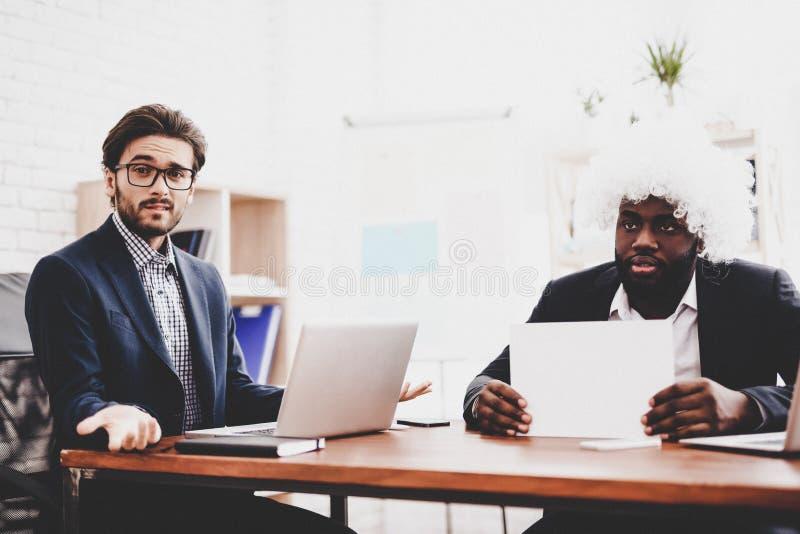 Homme dans la perruque blanche sur la réunion d'affaires dans le bureau images libres de droits