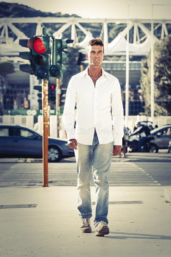 Homme dans la photographie de rue Marche sur des trottoirs Lumière rouge image libre de droits