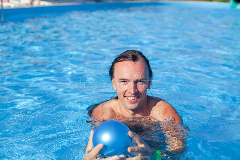 Homme dans la piscine image libre de droits