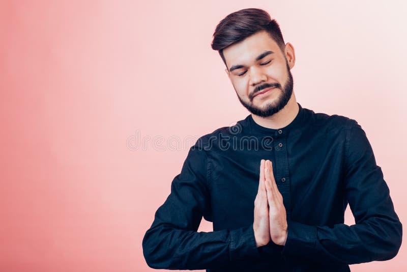 Homme dans la pose de yoga avec le geste de namaste photos libres de droits