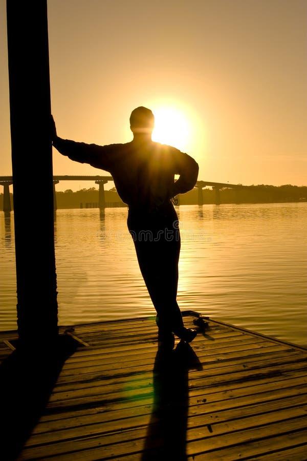 Homme dans la prévision, coucher du soleil images stock