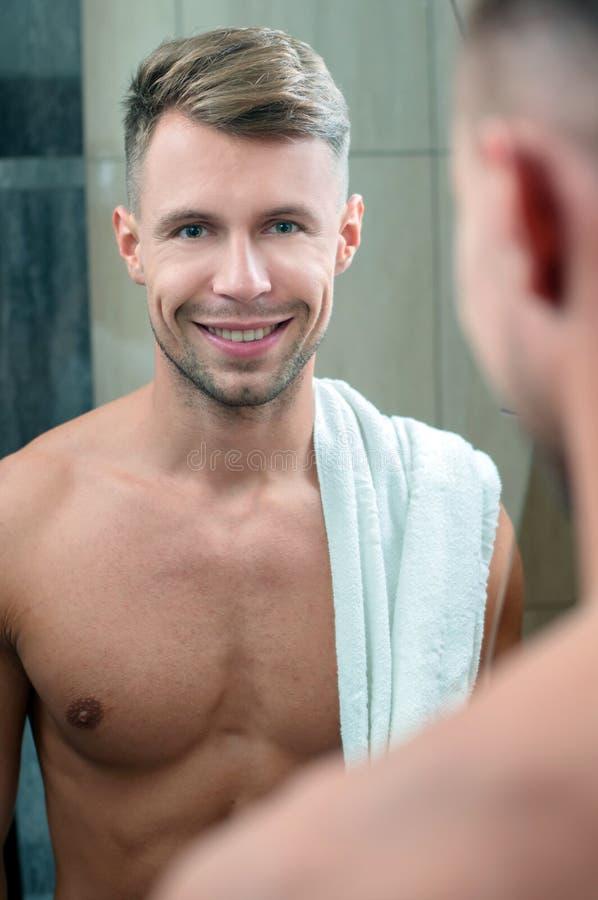 Homme dans la salle de bains photos stock