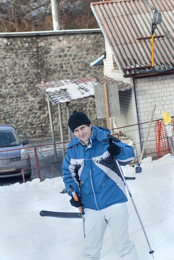 Homme dans la veste avec le ski et l'ascenseur images stock