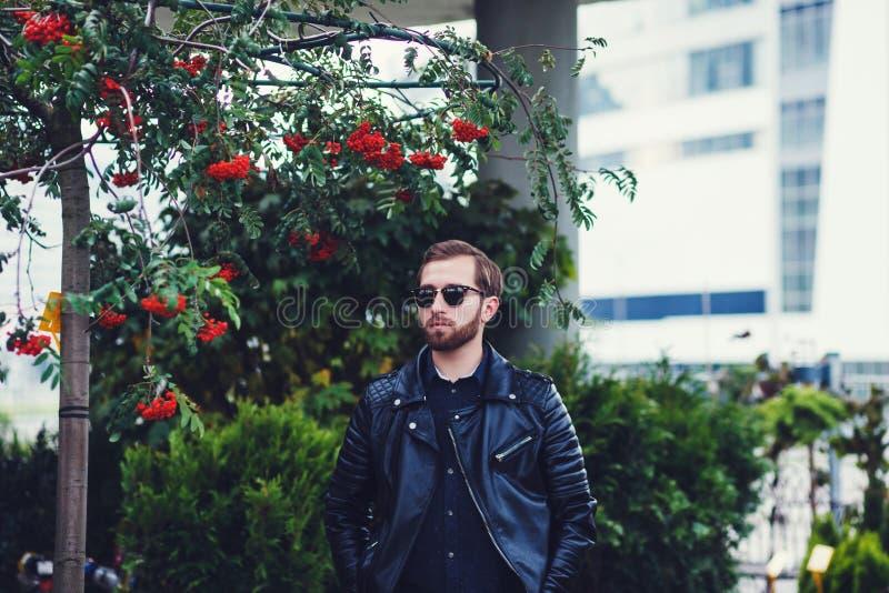 Homme dans la veste en cuir noire photographie stock libre de droits
