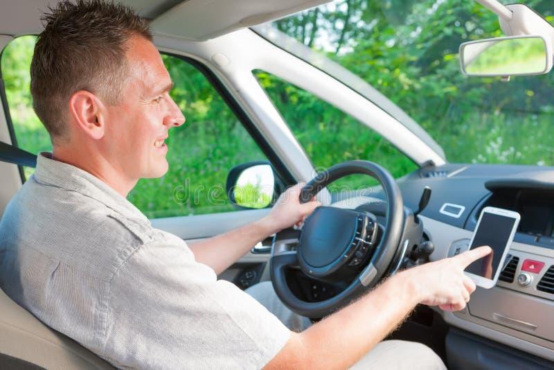 Homme dans la voiture image stock