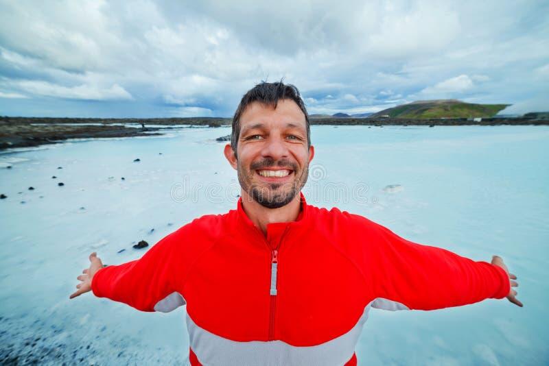Homme dans le bain géothermique de lagune bleue. photo libre de droits