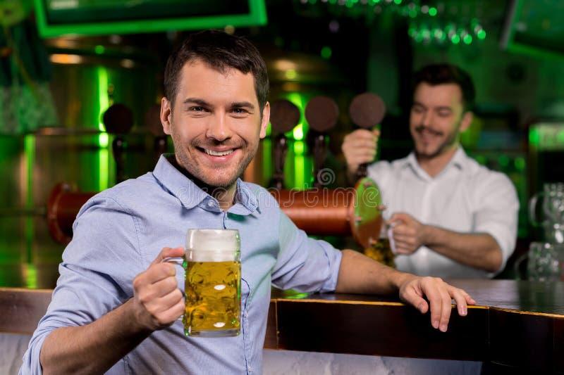 Homme dans le bar de bière. images libres de droits