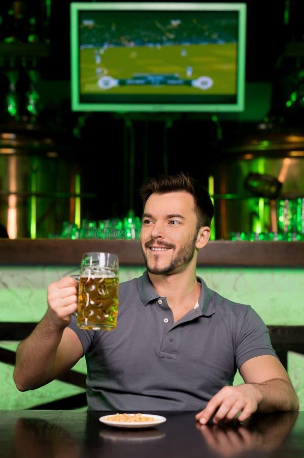 Homme dans le bar de bière. image stock
