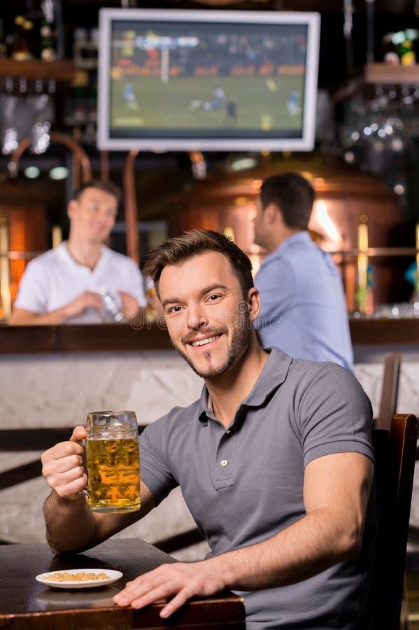 Homme dans le bar de bière. photo stock