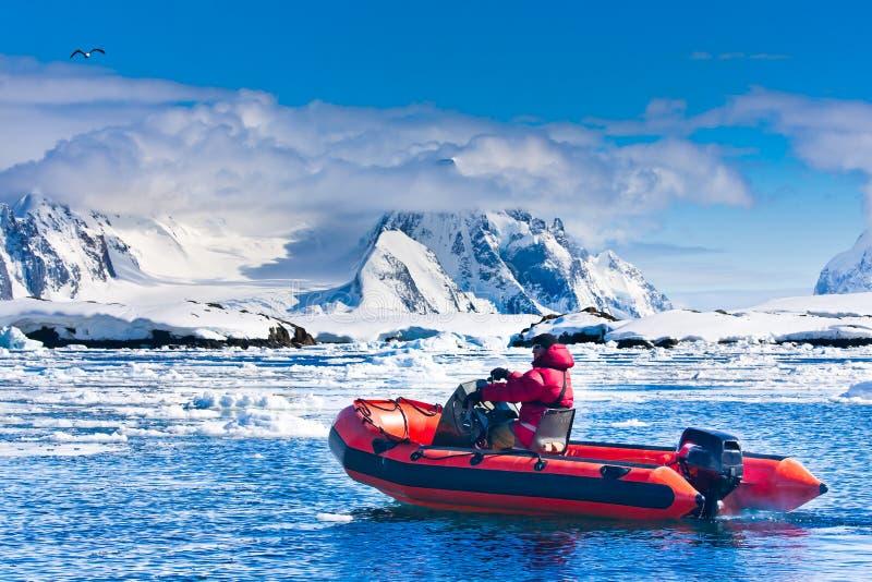 Homme dans le bateau rouge images stock