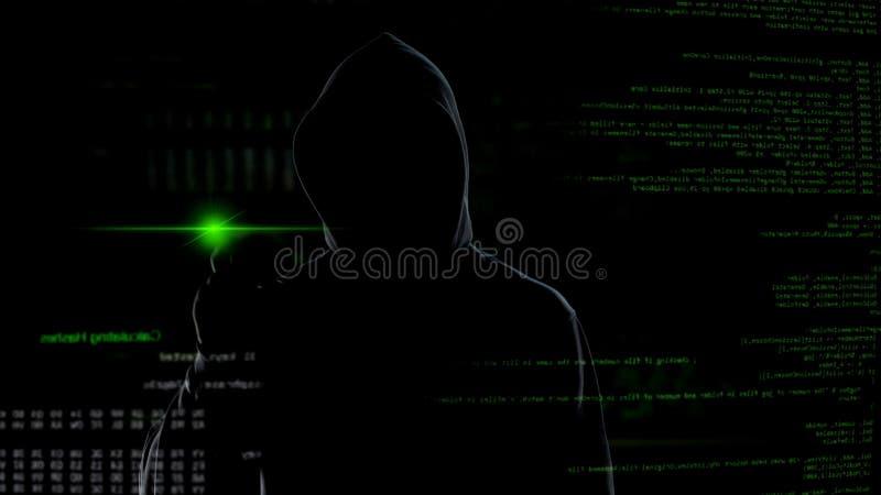 Homme dans le bouton poussoir de capot sur l'écran virtuel avec des manuscrits, attaque anonyme de cyber photographie stock libre de droits
