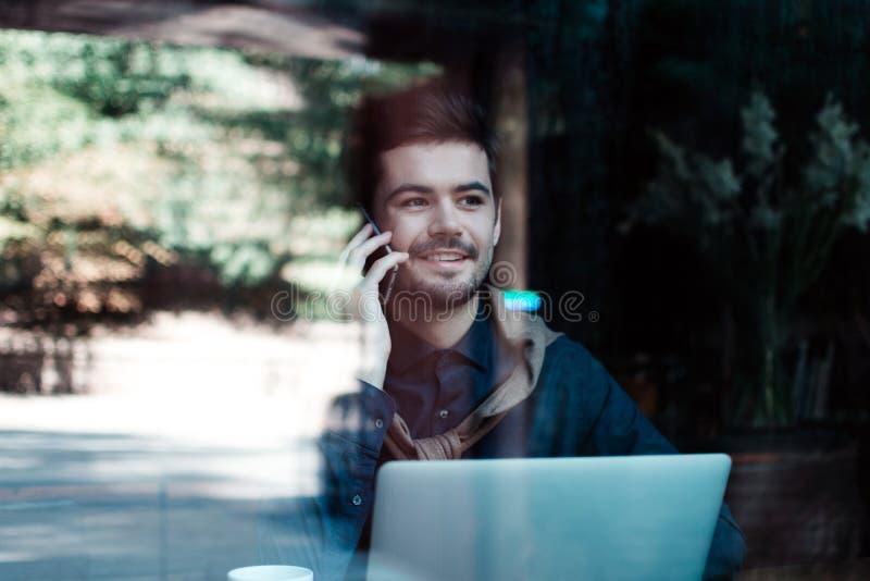 Homme dans le café image libre de droits