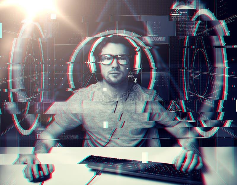 Homme dans le casque avec les projections virtuelles d'ordinateur images libres de droits