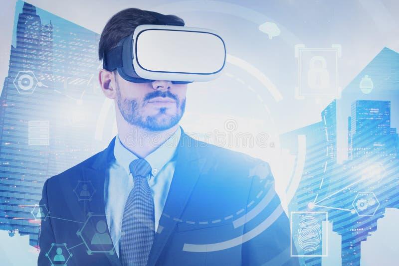 Homme dans le casque de VR, interface d'affaires de HUD photo libre de droits
