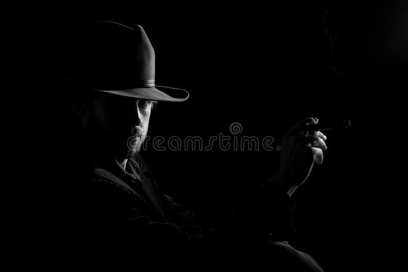 Homme dans le chapeau avec le cigare photographie stock libre de droits
