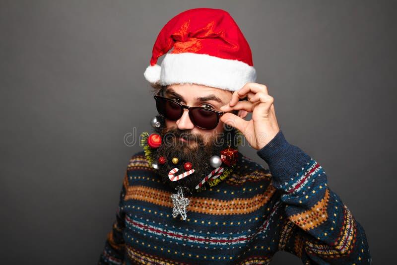 Homme dans le chapeau et des lunettes de soleil de Santa photographie stock libre de droits
