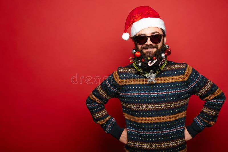 Homme dans le chapeau et des lunettes de soleil de Santa Claus image libre de droits