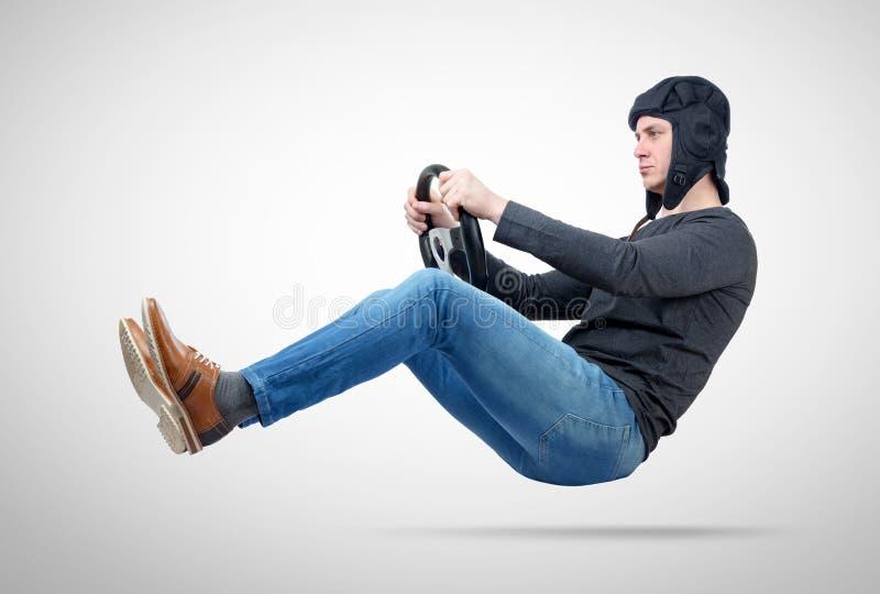 Homme dans le conducteur de voiture de casque de réservoir avec le volant, concept automatique image libre de droits