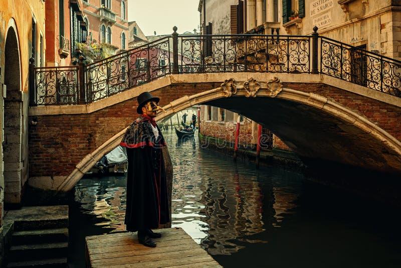 Homme dans le costume de carnaval à Venise, Italie photographie stock libre de droits