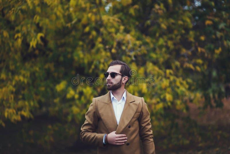 Homme dans le costume et des lunettes de soleil photo stock