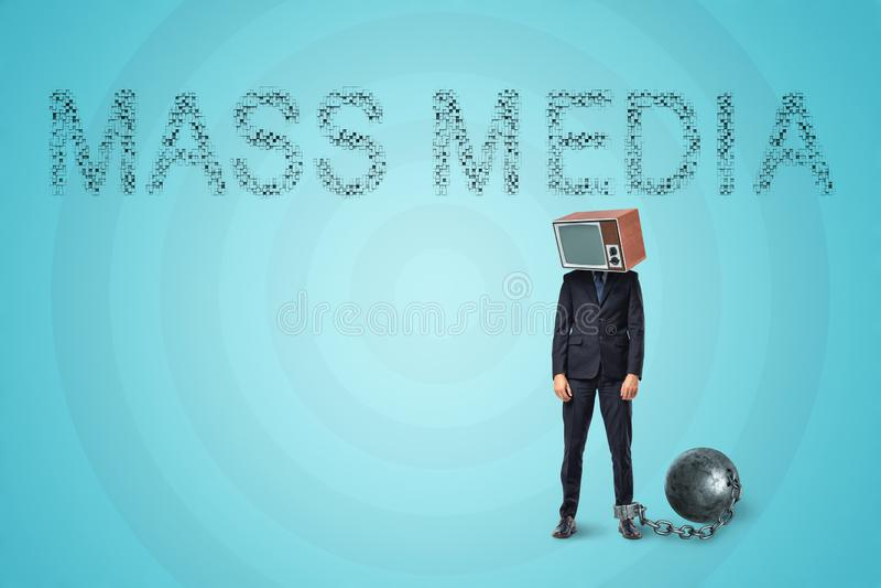 Homme dans le costume se tenant avec son pied shackled à une grande boule en métal et avec un poste TV démodé au lieu de sa tête illustration stock