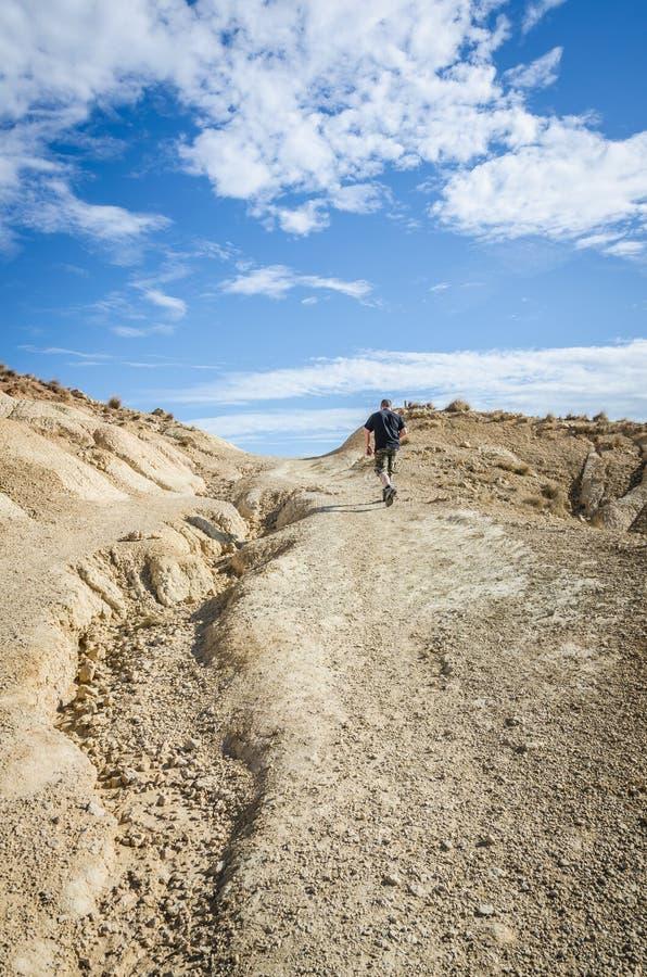 Homme dans le désert de Bardenas image libre de droits