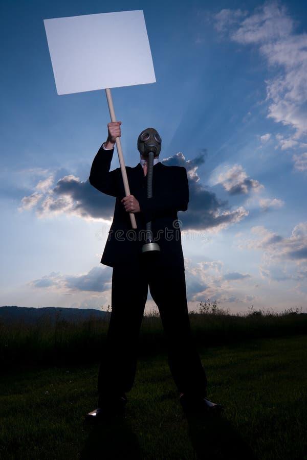 Homme dans le gaz-masque avec la plaquette photographie stock libre de droits