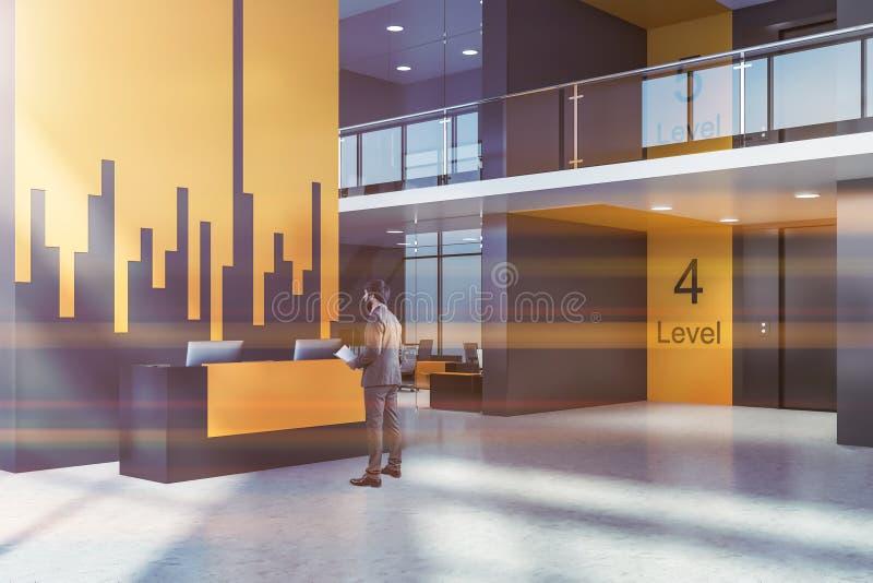 Homme dans le hall d'ascenseur de bureau avec la r?ception images libres de droits