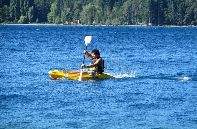 Homme dans le kayak dans un lac photos libres de droits