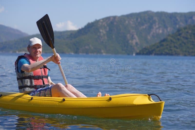 Homme dans le kayak photos stock