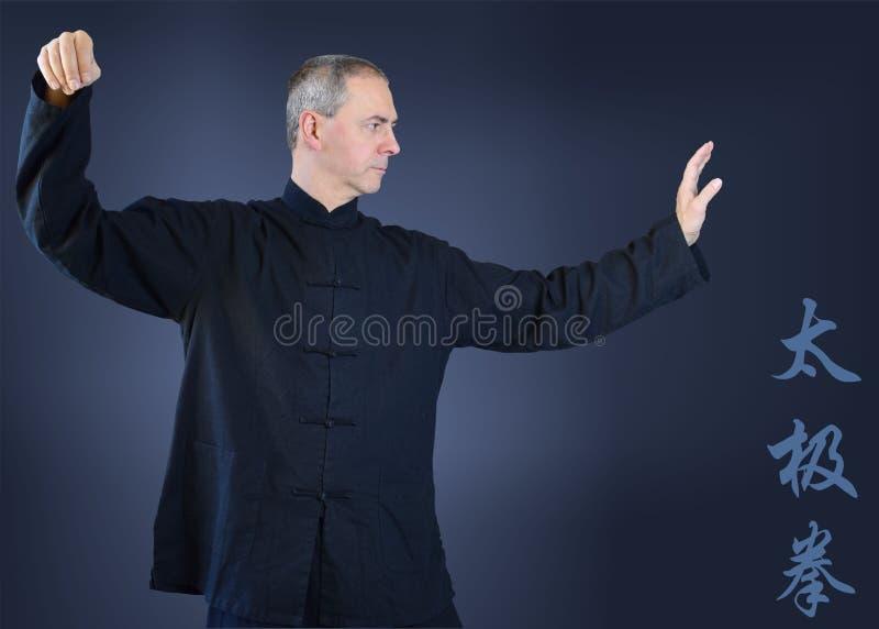 Homme dans le kimono noir, mouvements fonctionnants de chi de tai photos libres de droits