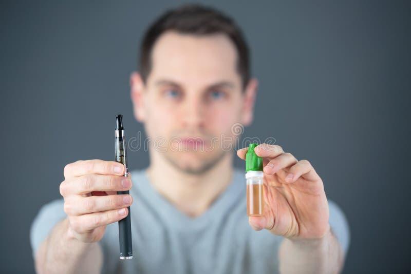 Homme dans le laboratoire vérifiant des tubes à essai photos stock