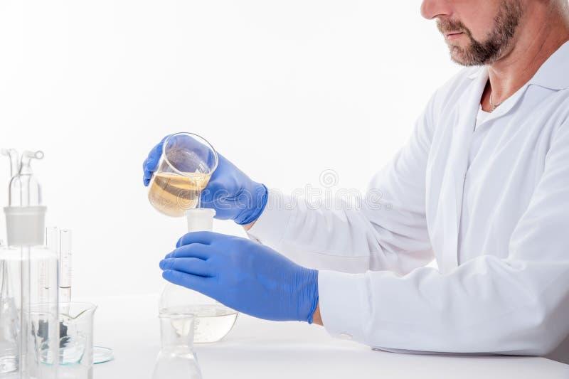 Homme dans le laboratoire, vue d'un homme dans le laboratoire tandis que l'exécution expérimente photo stock