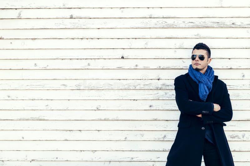Homme dans le manteau extérieur photographie stock libre de droits