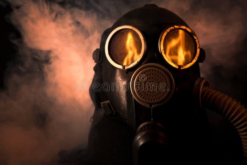 Homme dans le masque de gaz photographie stock libre de droits