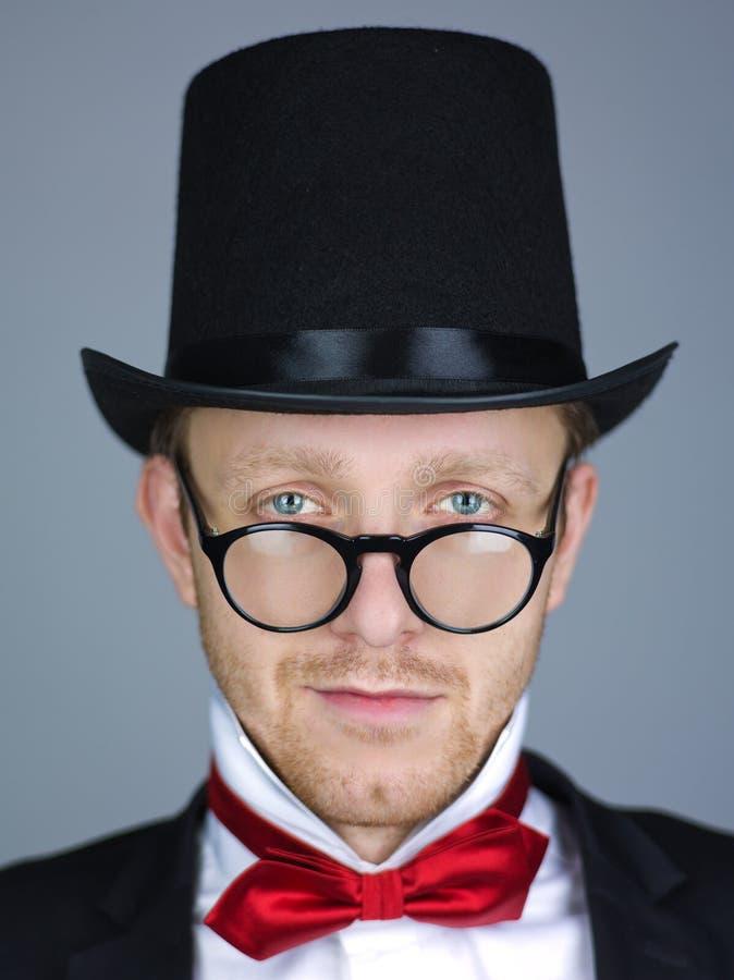 Homme dans le premier chapeau avec la proue photo stock