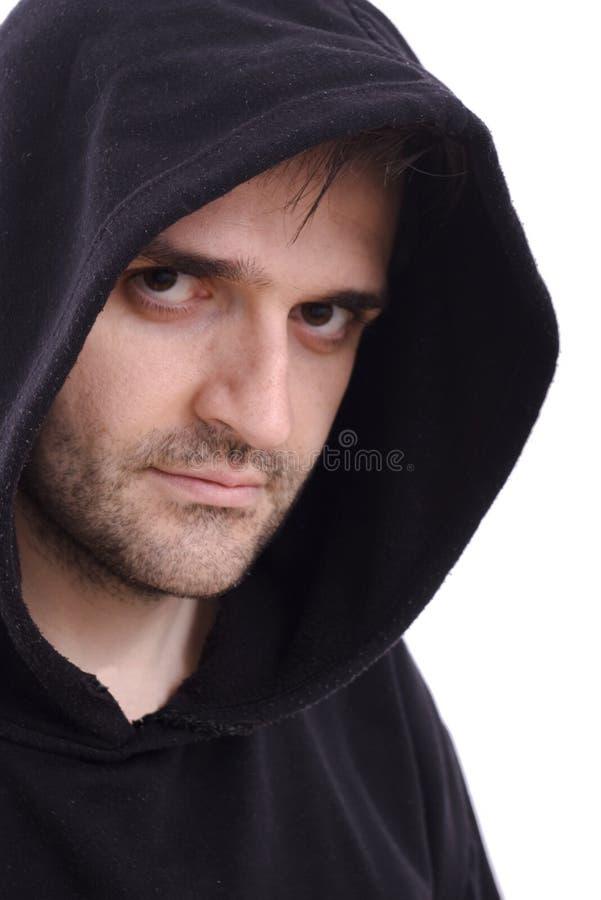 Homme dans le pull molletonné noir avec le fond de blanc de capot photo stock