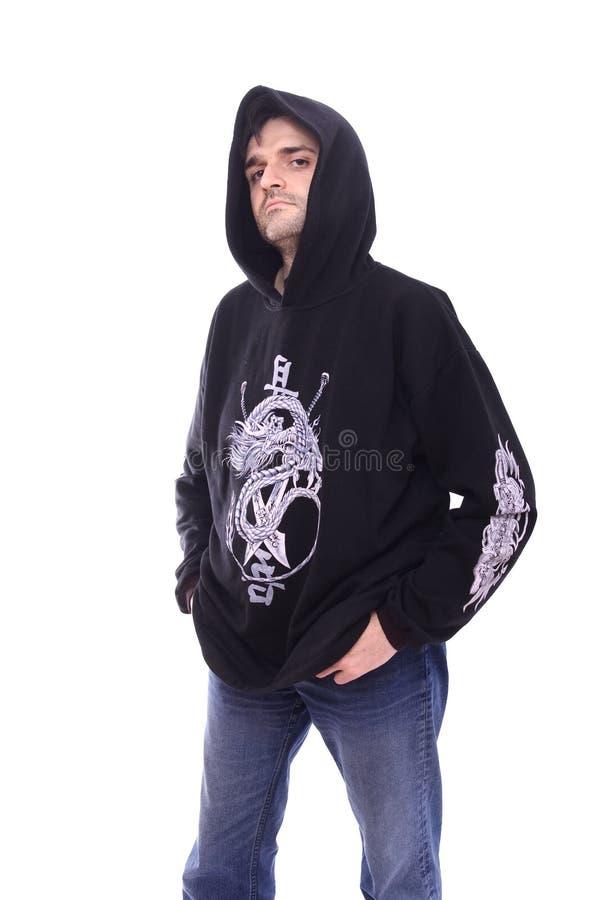 Homme dans le pull molletonné noir avec le fond de blanc de capot photos stock