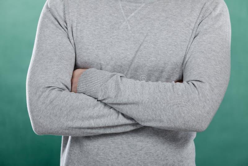 Download Homme Dans Le Pullover Gris Avec Les Bras Croisés Image stock - Image du mode, matériau: 87704475