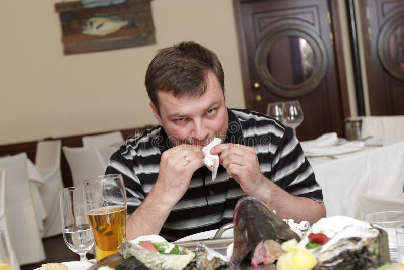 Homme dans le restaurant de fruits de mer images stock