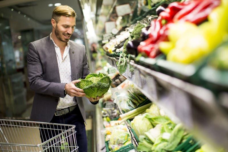 Homme dans le supermarché photo libre de droits