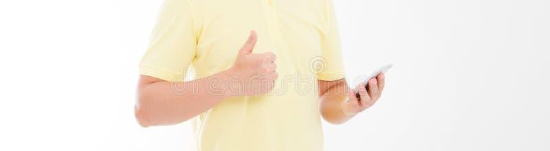 Homme dans le T-shirt tenant le téléphone portable et expositions qu'une main aiment Smartphone de holdin de bras Copiez l'espace images stock