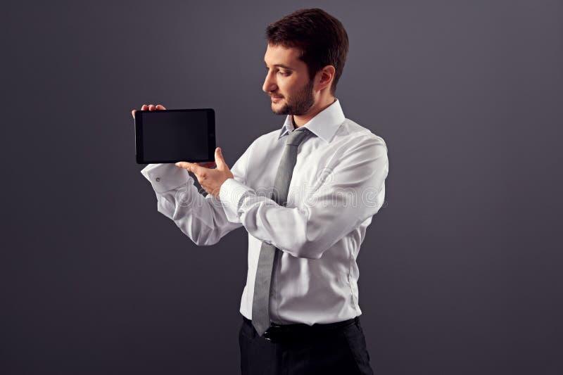 Équipez regarder l'écran son PC de comprimé photo stock