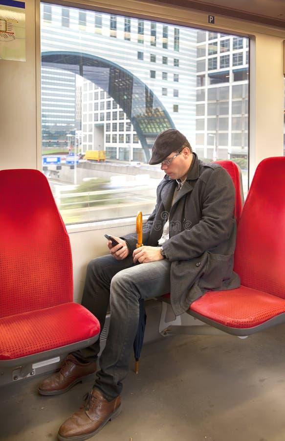 Homme dans le train de Néerlandais image libre de droits