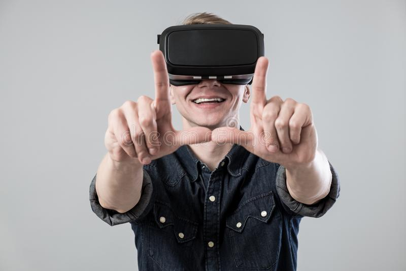 Homme dans le virtual reality image stock