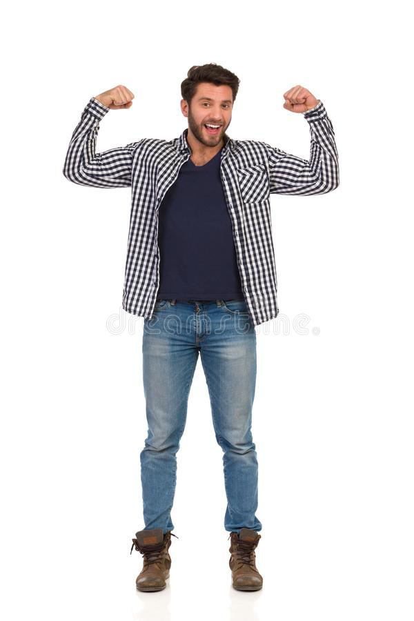 Homme dans les bottes, les jeans et le bûcheron Shirt Is Standing et les muscles et parler de fléchissement Front View image stock